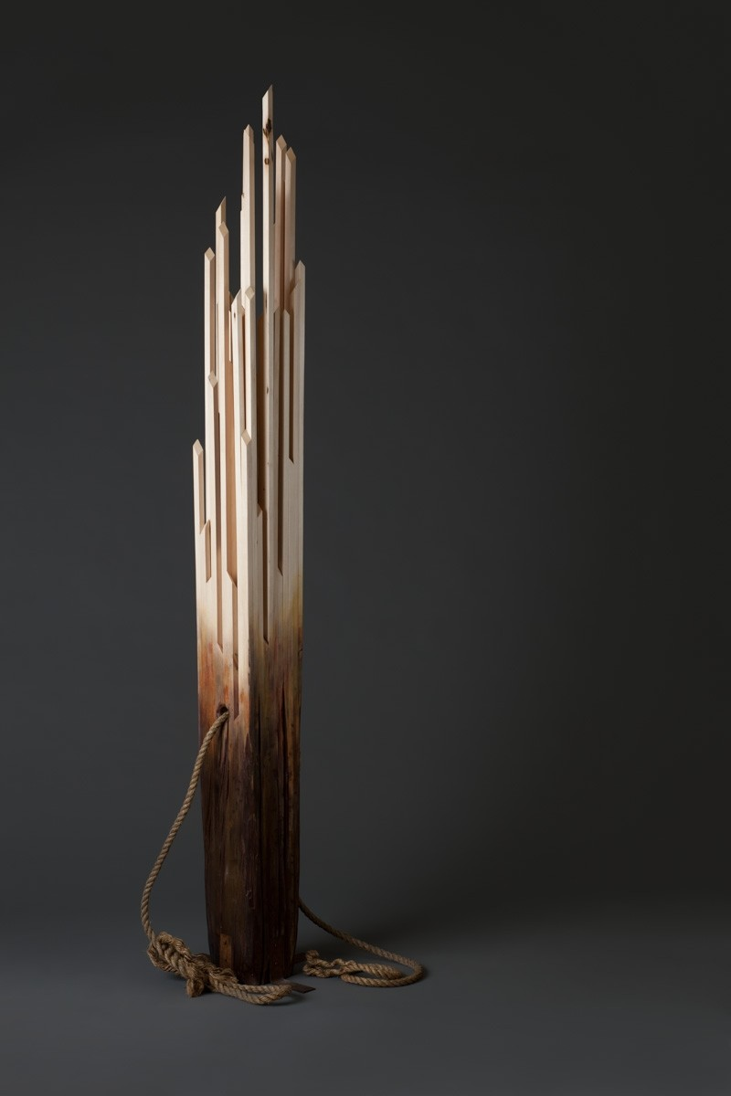 Pilastre de quai, de l'artiste Bernard Hamel, Sculpture, tilleul, supports en acier et cordages, Création unique, dimension : 98.5 x 8.5 x 20 po