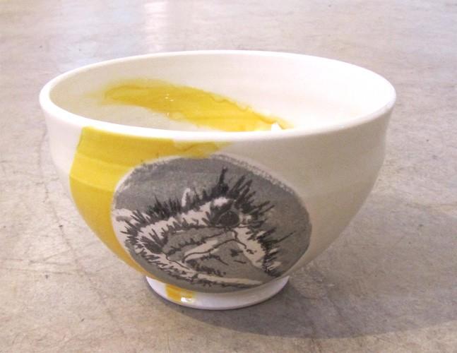 Bol autruche, no 22, de l'artiste Nancy Lavigueur, en semi-porcelaine, dimension : circonférence 19 po, diamètre 6 po, hauteur 3.75 po, pièce vendue à l'unité