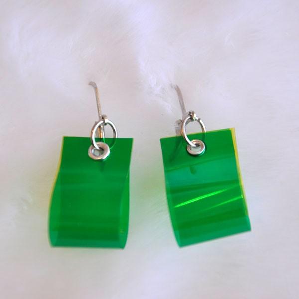 Boucles d'oreilles - Color key goutte verte, de l'artiste Tomate d'Épingles, Bijou mode urbaine, style loufoque, de l'éco-design, Fabriqué au Québec et à la main avec des matériaux recyclés, vendu par paire