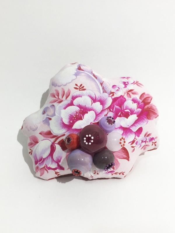 Broche, Brooch Pink Mun, de l'artiste Mun Muntadas, Matière première : verre au chalumeau et tissus sérigraphiés