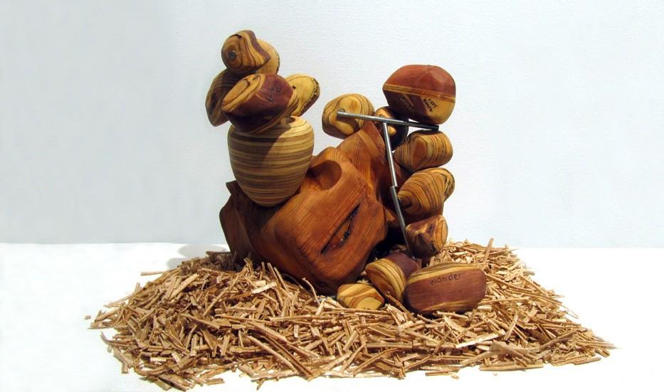 Atomes identitaires, de l'artiste Claudia Côté, Sculpture, bois et acier, Création unique, dimension : 10 x 7.5 x 11 pouces