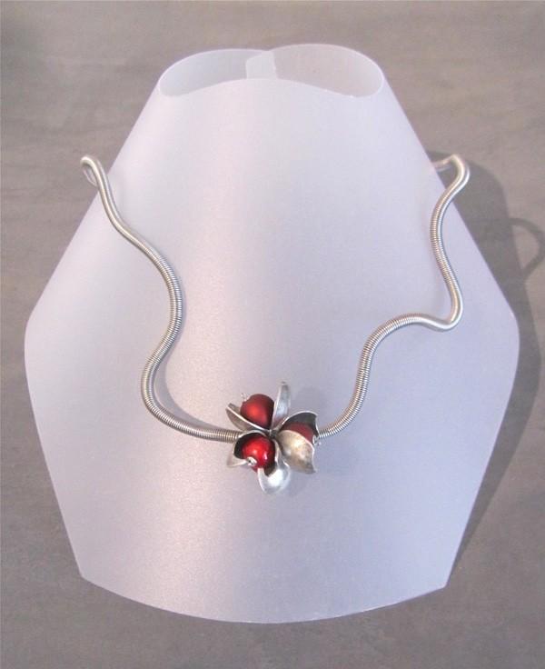 Collier Pétale, no 25, de l'artiste Sandrine Giraud, Paris, Ce bijou modulable, toujours original, marie avec élégance la grâce avec l'originalité des lignes résolument contemporaines. Ce collier est transformable en bracelet.