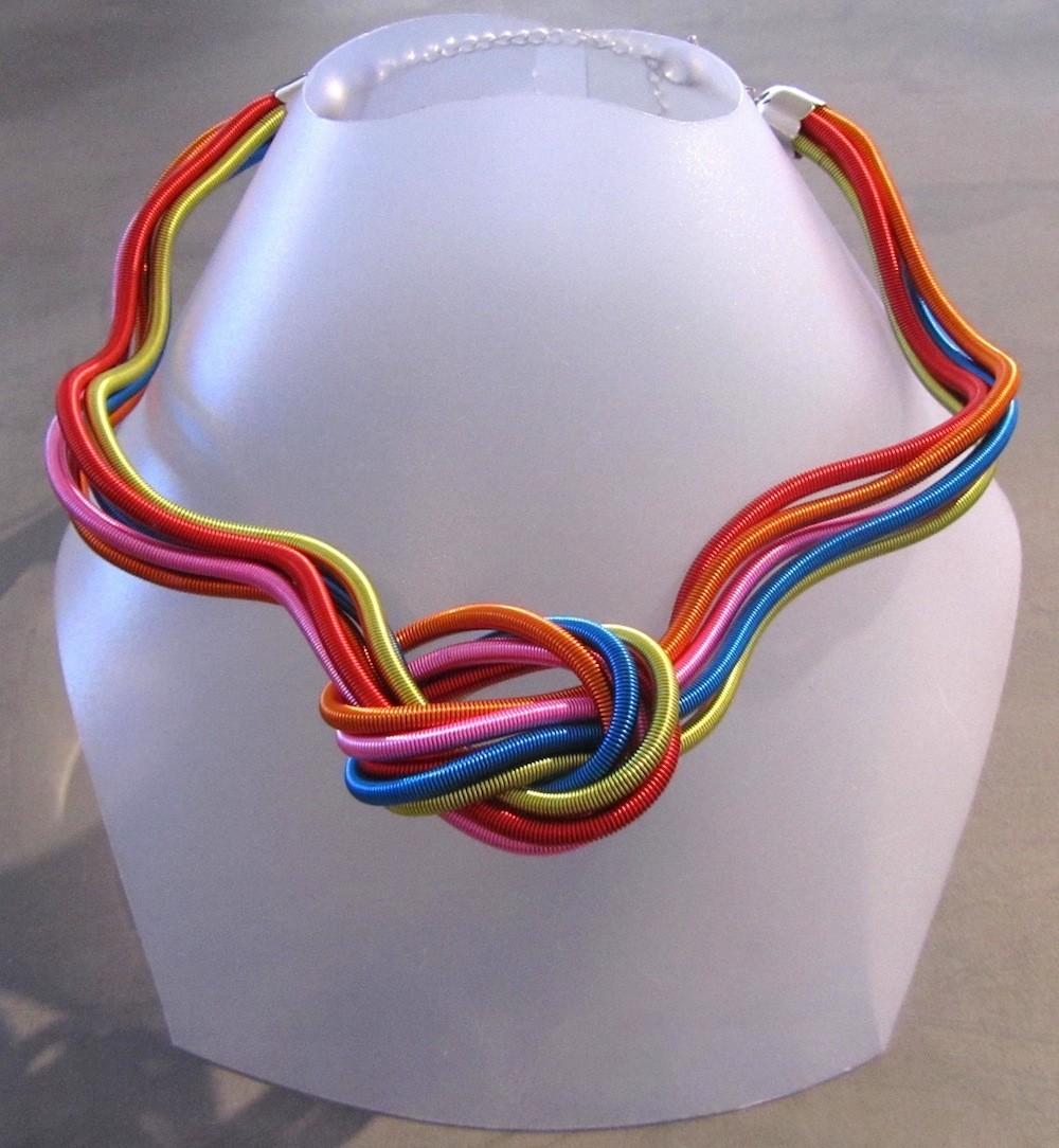 Collier MÉLI MÉLO, no 33, de l'artiste Sandrine Giraud, Paris, Ce bijou modulable, toujours original, marie avec élégance la grâce des perles avec l'originalité des lignes résolument contemporaines.
