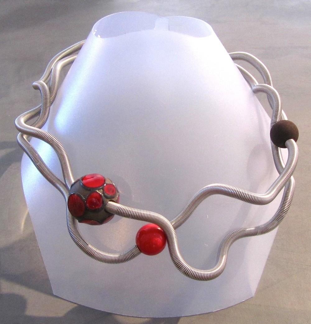 Collier Perle disco, no 45, de l'artiste Sandrine Giraud, Paris, Ce bijou modulable, toujours original, marie avec élégance la grâce des perles avec l'originalité des lignes résolument contemporaines.