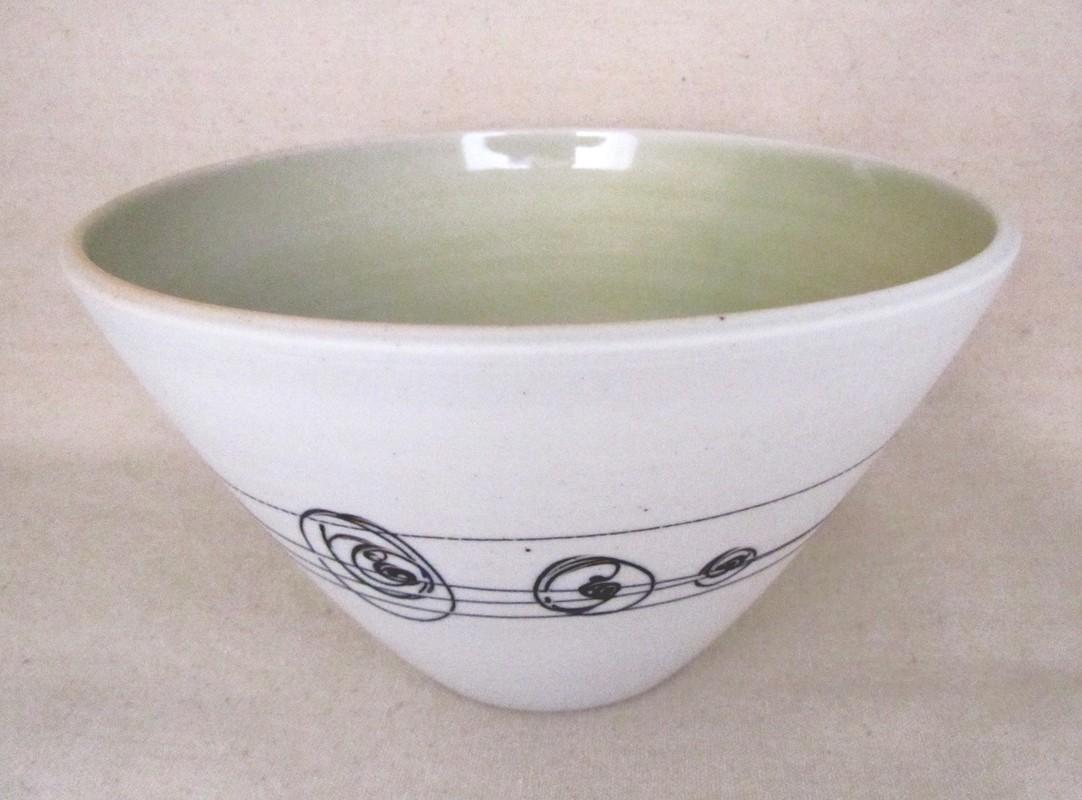 Bol à soupe thaï, # 11, de l'artiste Elizabeth Hamel, medium : céramique porcelaine blanche, dimension : 3.5 x 7 x 7 pouces
