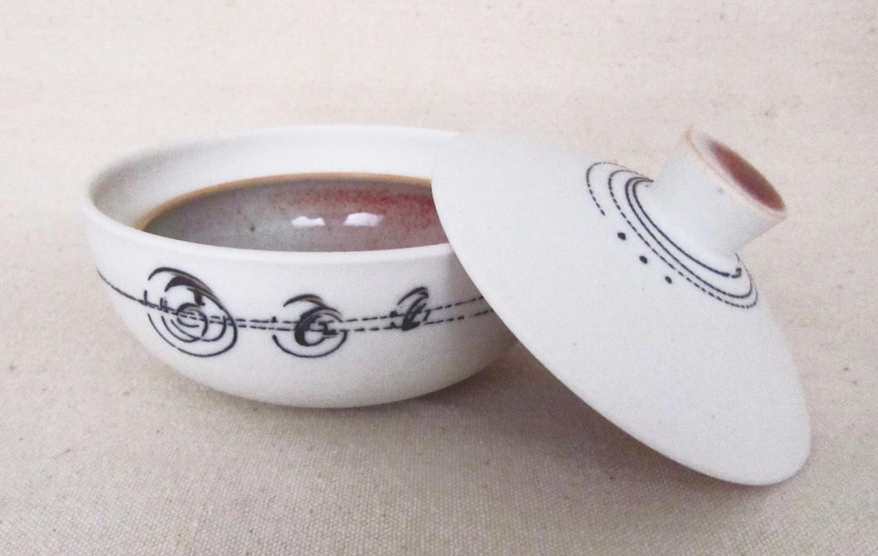 Fleur de sel, # 4, de l'artiste Elizabeth Hamel, medium : céramique porcelaine blanche, dimension : 2.5 x 4 x 4 pouces