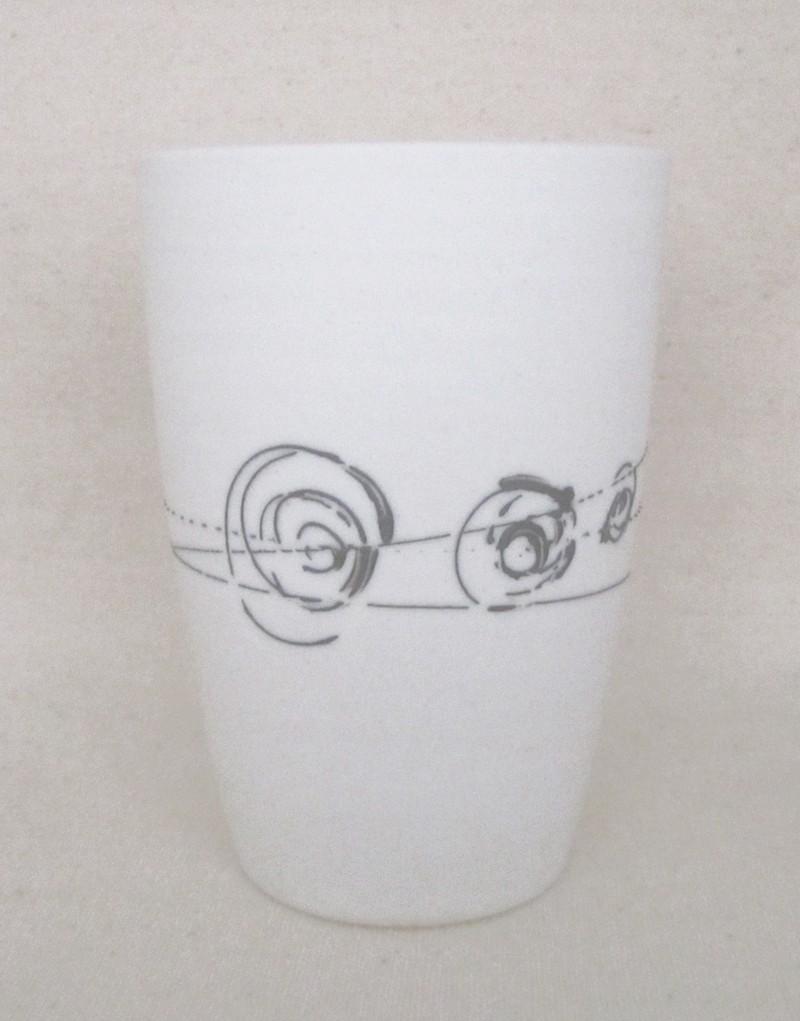 Verre droit, # 9, intérieur vert pâle, de l'artiste Elizabeth Hamel, medium : céramique porcelaine blanche, dimension : 4 x 3 x 3 pouces