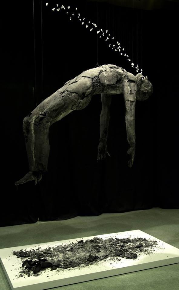 Extrême-Onction, de l'artiste Jérôme Trudelle, Installation, Médium utilisé : bandelettes de plâtre, Création unique, dimension : 2 m x 1 m x 1.50 m