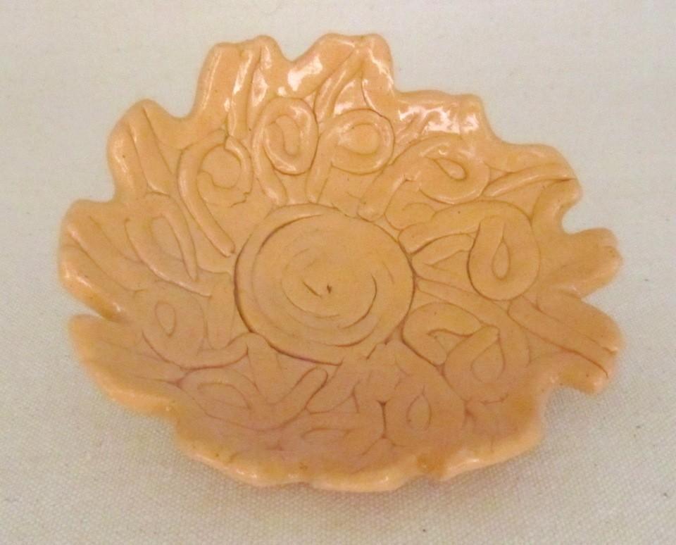 Fleur Rosace orange, vendue séparément, de l'artiste Véronique Martel, dimension : 2 à 4 pouces de diamètre, Peut être légèrement différente de la photo présentée, Faisait partie de l'ensemble 'L'épicier du coin ...', Faïence grès pigment émail