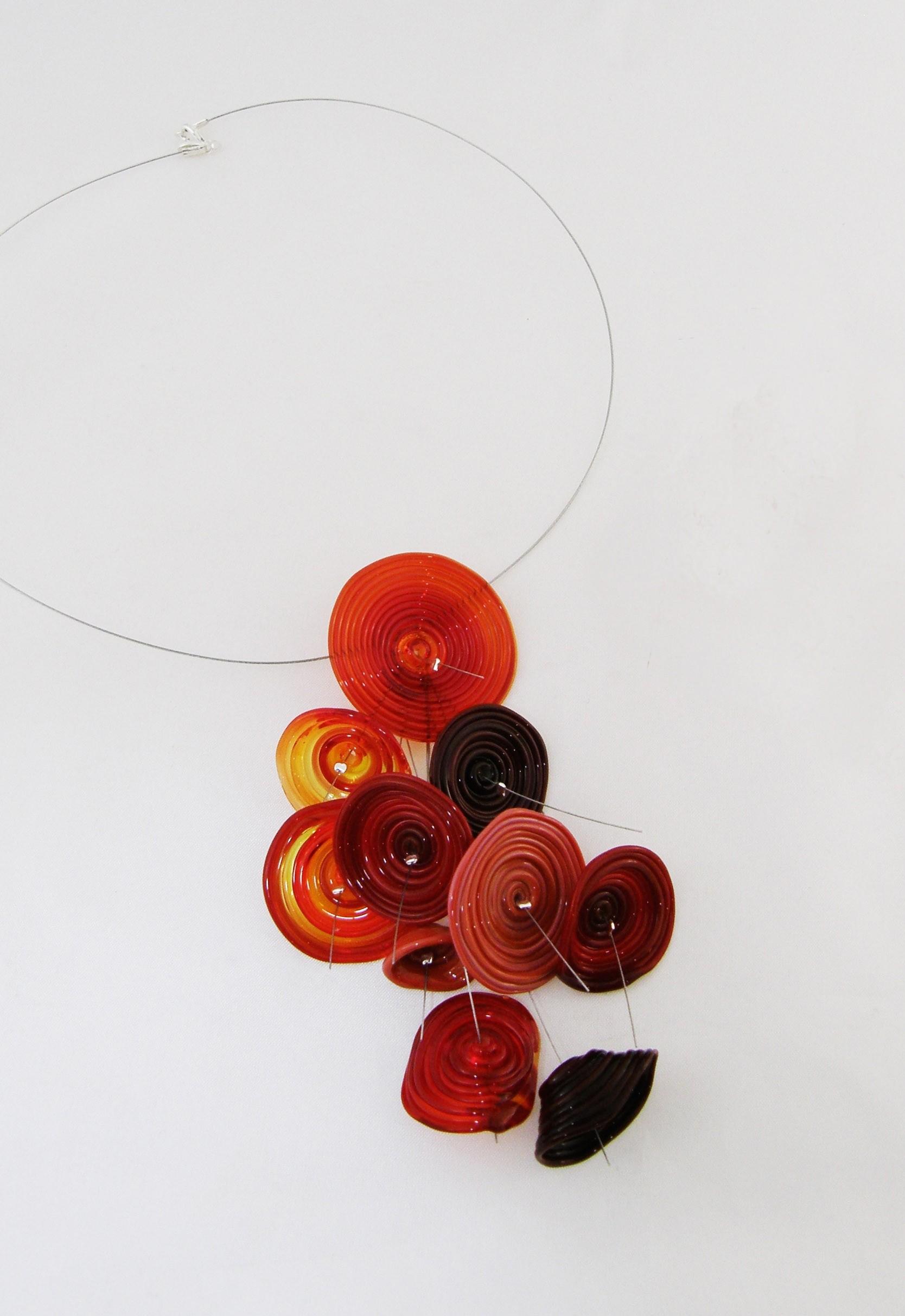 Collier, Folie rouge, de l'artiste Mun Muntadas, Matière première : verre au chalumeau, Chaîne argent