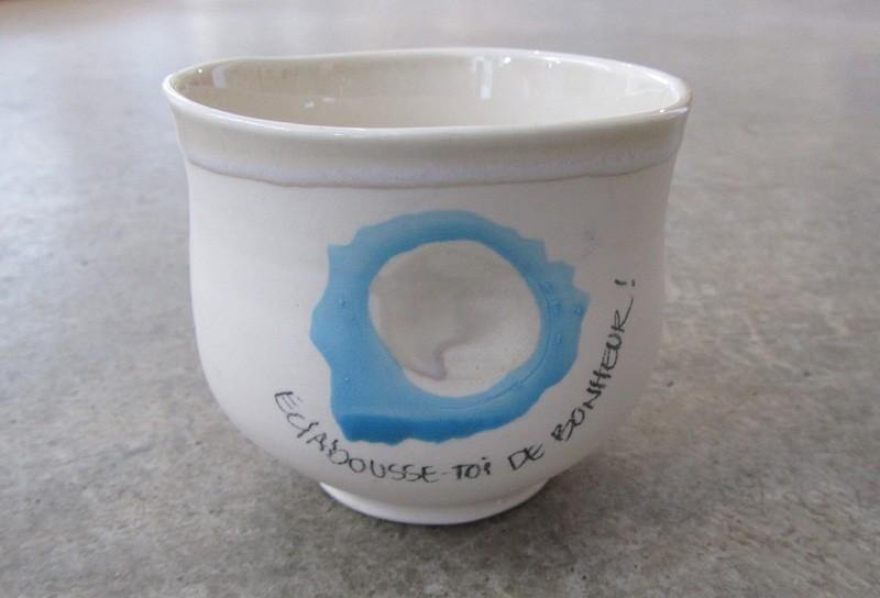 Gobelet-pouce, no 125, de l'artiste Nancy Lavigueur, en semi-porcelaine. Un endroit est prévu pour le pouce! Un petit mot est inscrit à votre intention! dimension : 3 po x 4 pouces de largeur, pièce vendue à l'unité