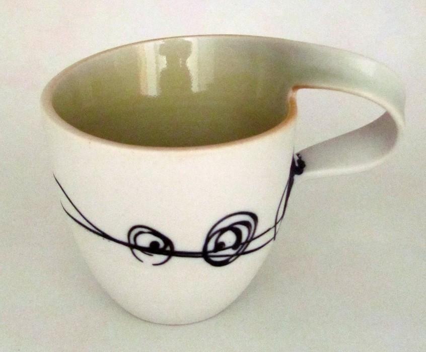 Tasse (moyenne) pour droitier, # 3, de l'artiste Elizabeth Hamel, medium : céramique porcelaine blanche