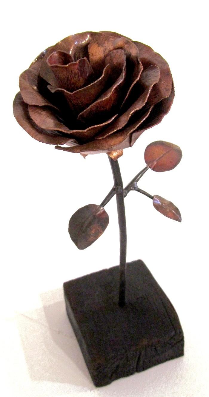 Rose no 1, de l'artiste Denis Lebel, Sculpture, Cuivre, base en bois, Création unique, dimension : 14 x 4 x 4 po