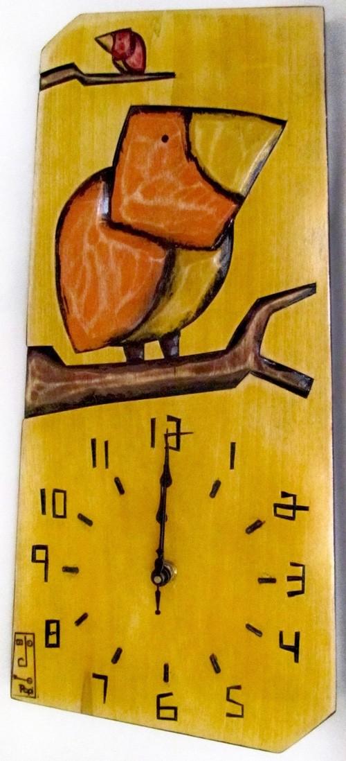 Horloge verticale, format moyen, 46k0305, jaune, de l'artiste Alexandre Tardif, faite en bois, tilleul, format rectangulaire, fond blanc, dimension : 15.5 x 7.5 x 1 pouces de largeur, décoration fonctionnelle, 2 batteries 2A