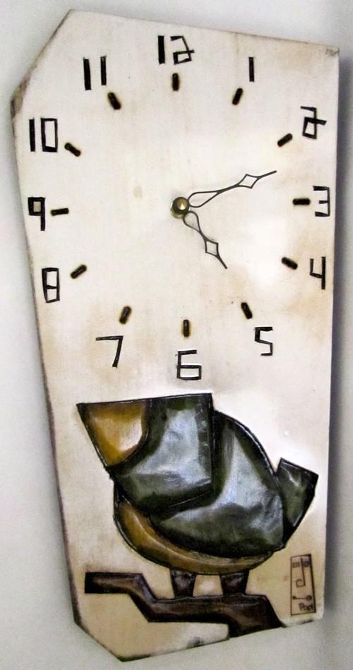 Horloge verticale, format moyen, hblv16-21, blanche, de l'artiste Alexandre Tardif, faite en bois, tilleul, format rectangulaire, fond blanc, dimension : 15.5 x 7.5 x 1 pouces de largeur, décoration fonctionnelle, 1 batterie 2A