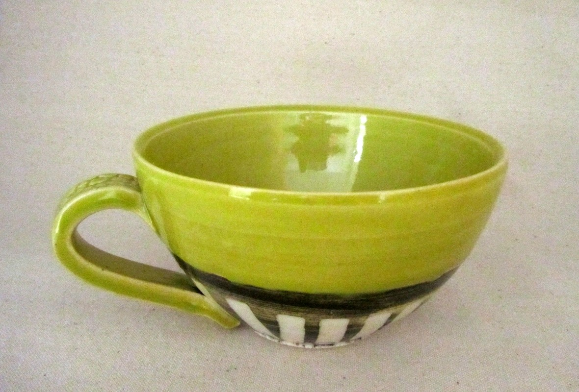 Tasse à café latté, # 22, verte, de l'artiste Créations Ratté, medium : céramique, objet utilitaire cuit à très haute température, résistant au four, au micro-onde et au lave-vaisselle