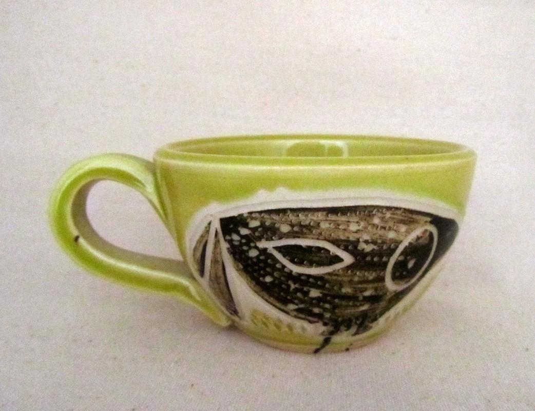 Tasse cappucino, # 19, verte, de l'artiste Créations Ratté, medium : céramique, objet utilitaire cuit à très haute température, résistant au four, au micro-onde et au lave-vaisselle, vue A