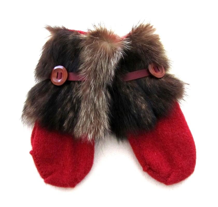 Moufle nanouk, no 6, de l'artiste Irèna Geerts, Création québécoise faite à la main. Conception éco-éthique. Modèle garni d'une finition de fourrure recyclée et de laine alpaga à 100 %.