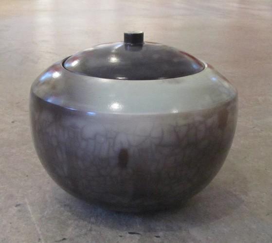 Jarre verte, de l'artiste Véronique Martel, Céramique enfumée, dimension : 5.5 x 6.5 x 6.5 pouces de largeur