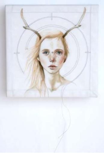 Jolie Proie, de l'artiste Marie-Pierre Lortie, Oeuvre techniques mixtes sur soie, Création unique,dimension 8 x 8 pouces de largeur