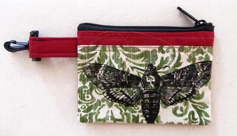 Pochette-mousqueton (petite), no 40, de l'artiste Cynthia DM, Tissu imperméable Nylon Majestic, doublure intérieure, sérigraphie sur tissu, jeux de coutures décoratives, fermeture éclair YKK (meilleure qualité)