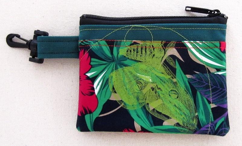 Pochette-mousqueton (petite), no 44, de l'artiste Cynthia DM, Tissu imperméable Nylon Majestic, doublure intérieure, sérigraphie sur tissu, jeux de coutures décoratives, fermeture éclair YKK (meilleure qualité)
