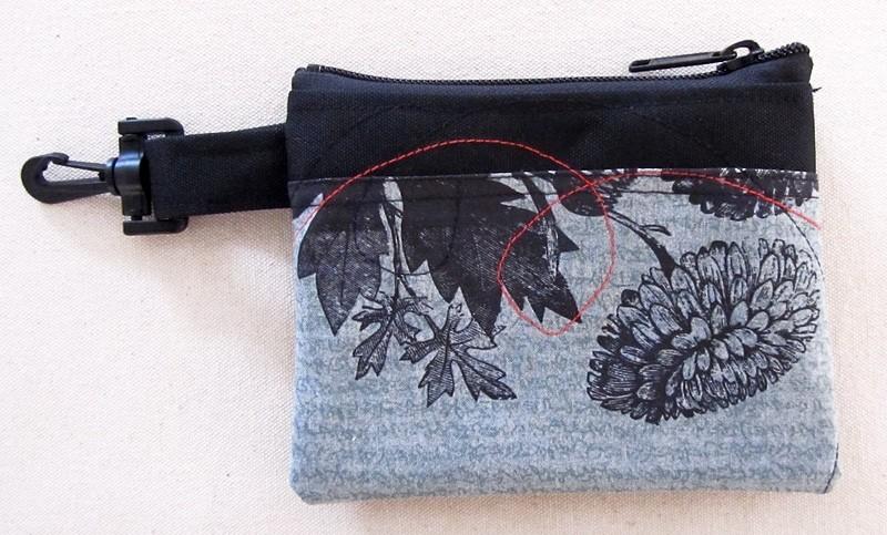 Pochette-mousqueton (petite), no 45, de l'artiste Cynthia DM, Tissu imperméable Nylon Majestic, doublure intérieure, sérigraphie sur tissu, jeux de coutures décoratives, fermeture éclair YKK (meilleure qualité)