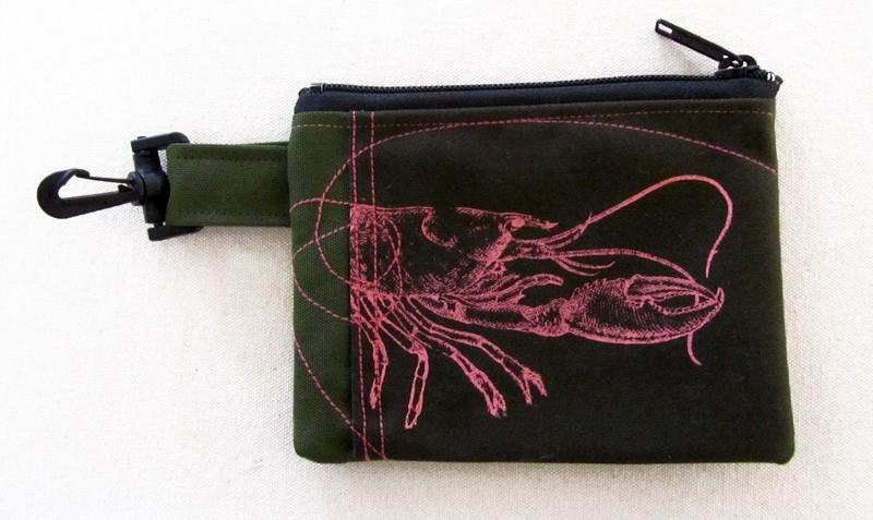 Pochette-mousqueton (petite), no 51, de l'artiste Cynthia DM, Tissu imperméable Nylon Majestic, doublure intérieure, sérigraphie sur tissu, jeux de coutures décoratives, fermeture éclair YKK (meilleure qualité)