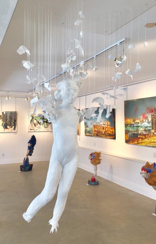 Processus précaire, de l'artiste Jérôme Trudelle, Installation, Médium utilisé : bandelettes de plâtre et fils de coton, Création unique, dimension : 40 po L x 24 po P x 75 po H