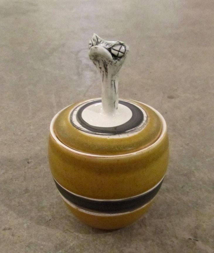 Sucrier no 9, de l'artiste Nancy Lavigueur, en semi-porcelaine, dimension : 9 x 4 pouces de largeur, pièce vendue à l'unité