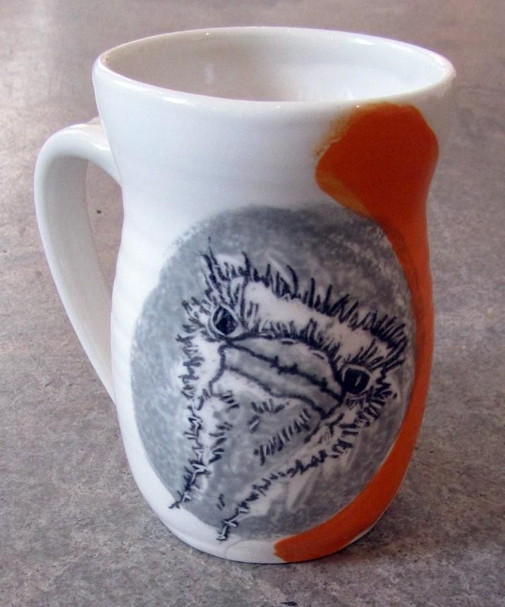 Tasse autruche, no 22, de l'artiste Nancy Lavigueur, Poterie utilitaire en porcelaine, dimension : 4.5 po hauteur, 5 po de largeur incluant l'anse, 3.5 po de profondeur, pièce vendue à l'unité