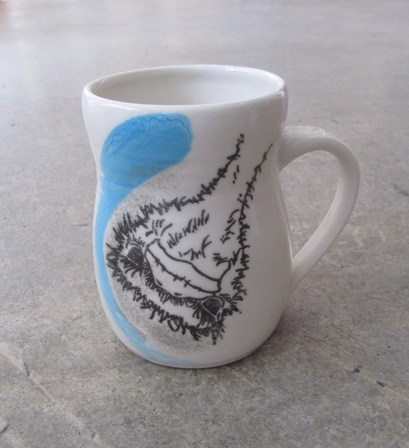 Tasse autruche, no 35, de l'artiste Nancy Lavigueur, Poterie utilitaire en porcelaine, dimension : 4.5 po hauteur, 5 po de largeur incluant l'anse, 3.5 po de profondeur, pièce vendue à l'unité