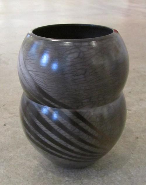 Vase Éclair, de l'artiste Véronique Martel, Céramique enfumée, dimension : 7.5 x 6 x 6 pouces de largeur