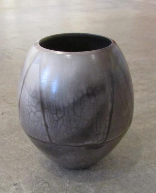 Vase triangle, de l'artiste Véronique Martel, Céramique enfumée, dimension : 7 x 6 x 6 pouces de largeur
