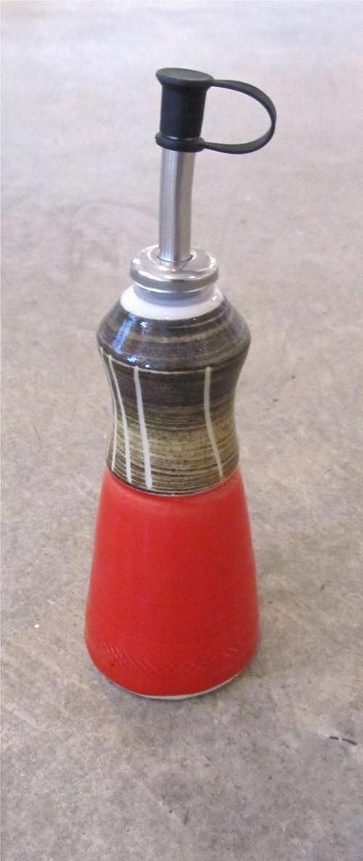 Vinaigrier, # 3, rouge, de l'artiste Créations Ratté, medium : céramique, objet utilitaire cuit à très haute température, résistant au four, au micro-onde et au lave-vaisselle