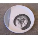 Assiette, no 6, de l'artiste Nancy Lavigueur, Poterie utilitaire semi-porcelaine, dimension : 8 pouces de circonférence, pièce vendue à l'unité
