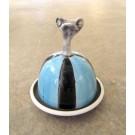 Beurrier, no 4, de l'artiste Nancy Lavigueur, Poterie utilitaire semi-porcelaine, dimension : circonférence 15.75 po, diamètre 5 po, hauteur 6 po, pièce vendue à l'unité
