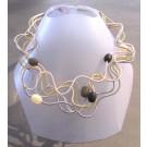 Collier LIANE PERLÉE, no 19, de l'artiste Sandrine Giraud, Paris, Ce bijou modulable, toujours original, marie avec élégance la grâce des perles avec l'originalité des lignes résolument contemporaines.