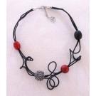 Collier RDS noir et rouge, no 96, de l'artiste Sandrine Giraud, Paris, de l'artiste Sandrine Giraud, Paris, Ce bijou marie avec élégance la grâce des perles avec l'originalité des lignes résolument contemporaines.