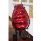 Egg bag rouge, sac à dos en vinyle, de l'artiste Anemone, dimension : 13,5 hauteur x 9,5 largeur x 4 pouces de profondeur