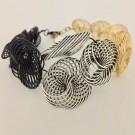 Bracelet ESCARGOT, no 25, de l'artiste Sandrine Giraud, Paris, Ce bijou marie avec élégance la grâce et l'originalité des lignes résolument contemporaines. longueur de 8 pouces