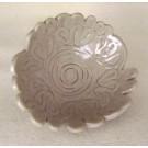 Fleur Rosace beige, vendue séparément, de l'artiste Véronique Martel, dimension : 2 à 4 pouces de diamètre, Peut être légèrement différente de la photo présentée, Faisait partie de l'ensemble 'L'épicier du coin ...', Faïence grès pigment émail