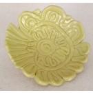 Fleur Rosace jaune, vendu séparément, de l'artiste Véronique Martel, dimension : 2 à 4 pouces de diamètre, Peut être légèrement différent de la photo présentée, Faisait partie de l'ensemble 'L'épicier du coin ...', Faïence grès pigment émail
