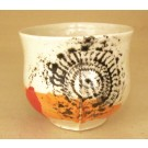 Gobelet-dentelle new, no 79, de l'artiste Nancy Lavigueur, en semi-porcelaine. Un endroit est prévu pour le pouce!  dimension : 3 po x 4 pouces de largeur, pièce vendue à l'unité