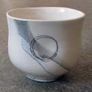 Gobelet-dentelle, no 13, de l'artiste Nancy Lavigueur, en semi-porcelaine. dimension : 3 po x 4 pouces de largeur, pièce vendue à l'unité