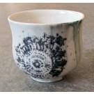 Gobelet-dentelle, no 18, de l'artiste Nancy Lavigueur, en semi-porcelaine. dimension : 3 po x 4 pouces de largeur, pièce vendue à l'unité