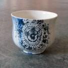 Gobelet-dentelle, no 7, de l'artiste Nancy Lavigueur, en semi-porcelaine. dimension : 3 po x 4 pouces de largeur, pièce vendue à l'unité