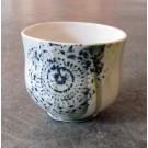 Gobelet-dentelle, no 8, de l'artiste Nancy Lavigueur, en semi-porcelaine. dimension : 3 po x 4 pouces de largeur, pièce vendue à l'unité