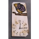 Horloge, format moyen, oiseau violet, de l'artiste Alexandre Tardif, faite en bois, tilleul, format rectangulaire, fond blanc, dimension : 15.5 x 7.75 x 1 pouces de largeur, décoration fonctionnelle, 2 batteries 2A