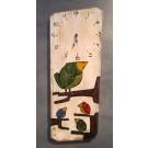 Horloge, format grand, Oiseaux famille, fond blanc, de l'artiste Alexandre Tardif, faite en bois, tilleul, format rectangulaire, dimension : 24 x 8 x 1 pouces de largeur, décoration fonctionnelle, 2 batteries 2A